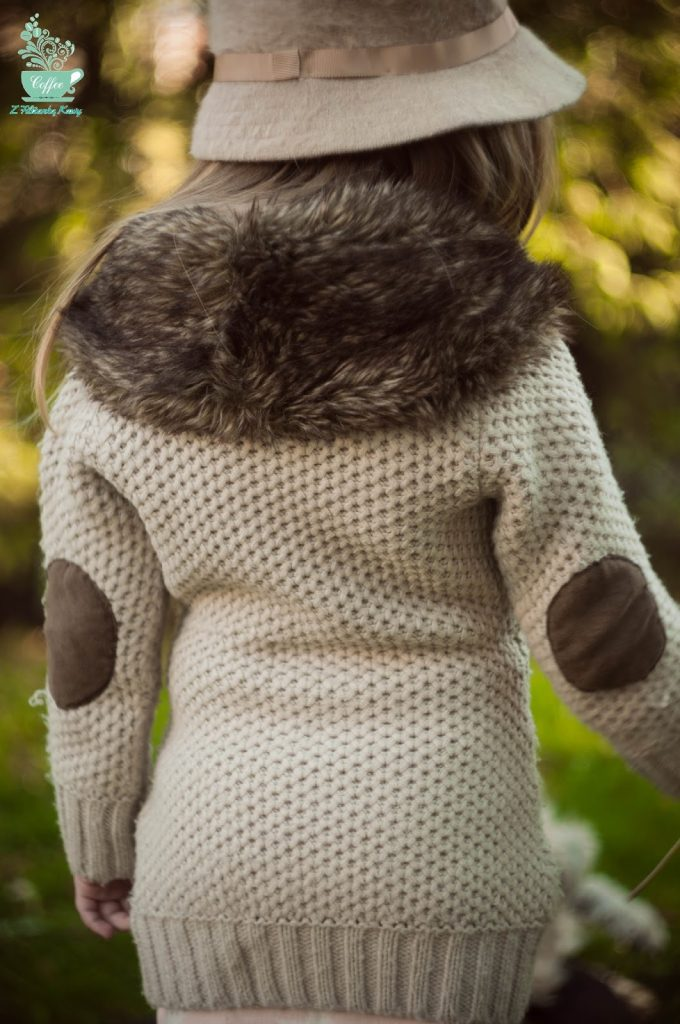 sweter z łatami na łokciach